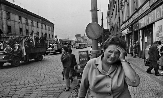 CZECHOSLOVAKIA.-Prague.-August-1968.-Invasion-by-Warsaw-Pact-troops.-Contact-email-New-York-photography@magnumphotos.com-Paris-magnum@magnumphotos.fr-London-magnum@magnumphotos.co_.uk-Tokyo-tokyo@magnumphotos.co_.jp-Contact-phones-New-York-+1-212-929-6000-Paris-+-33-1-53-42-50-00-London-+-44-20-7490-1771-Tokyo-+-81-3-3219-0771-Image-URL-httpwww.magnumphotos.comArchiveC.aspxVPMod_ViewBoxInsertion.ViewBoxInsertion_VPageR2S5RYDWP0S5BRPMod_ViewBox.ViewBoxZoom_VPageCTImageSPImageITImageZoom01DTTMImageSAKLT